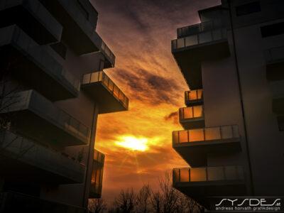 Sonnenuntergang zwischen Wohnhäusern