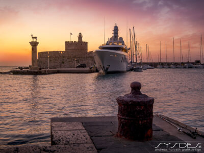 Hafeneinfahrt mit Hirschskulpturen, an der einst die riesige Statue des Sonnengottes Helios stand.